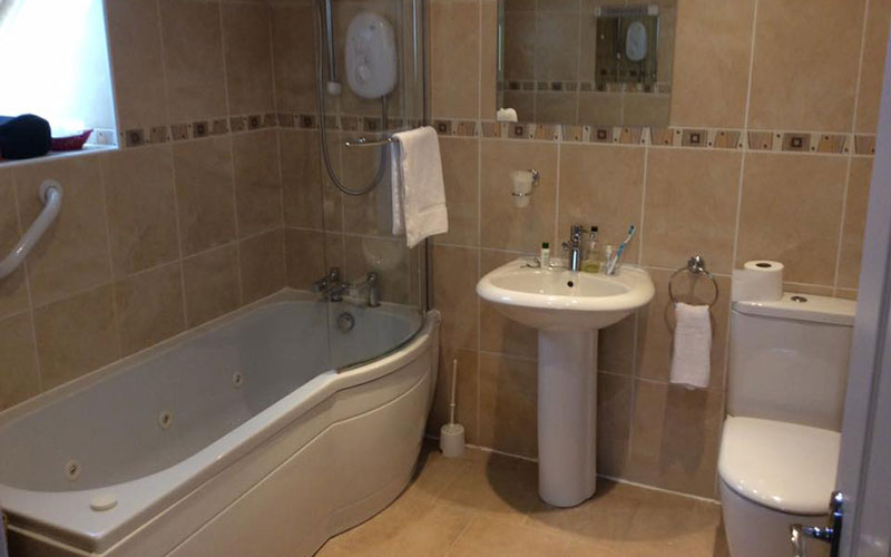 Guest bathroom - Edenmore Guest House and B & B Ardrossan