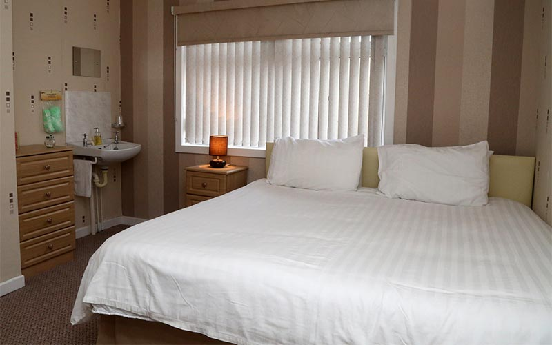 Spacious bedroom - Edenmore Guest House and B & B Ardrossan